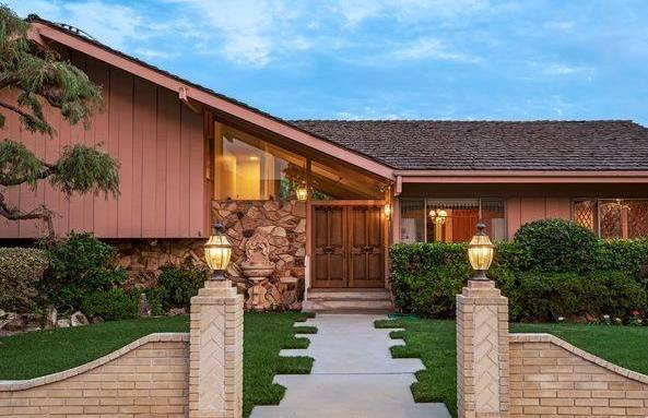 Enter the HGTV A Very Brady Contest for your chance to win a once-in-a-lifetime chance to stay in the world-famous Brady Bunch house and win $25,000. You have until September 11, so submit your video today!